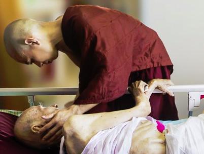 monje acompaña muerte